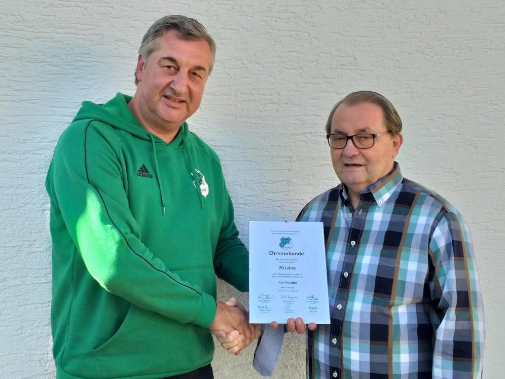 Unser 1.Geschäftsführer übergibt Karl Franken die Ehrenurkunde zur 70-jährigen Mitgliedschaft.